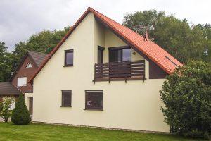 http://isagruppe.com/isahaus/wp-content/uploads/sites/3/2018/02/Haus-Vorderseite-mit-Balkon-2011-136-300x200.jpg